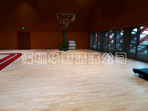 运动木地板,使用时间久了会出现划痕,篮球馆木地板表现的更为严重。划痕不仅影响美观,还会影响体育木地板的滑动系数。对体育木地板翻新,成本远远低于更换木地板,且工时较短。体育木地板翻新的主要原理是使用打磨机将木地板表面的划痕、污渍打磨掉,然后重新上漆、划线。深圳华新清洁公司运动木地板具体操作步骤如下: 第一步:检查 翻新前对运动木地板进行检查。确定木地板的磨损程度,选用相应的打磨工具。  第二步:打磨 根据运动木地板划痕密集程度及深度选择砂带进行打磨,使表面光洁。打磨深度视地板磨损情况来定,一般范围固定在0.